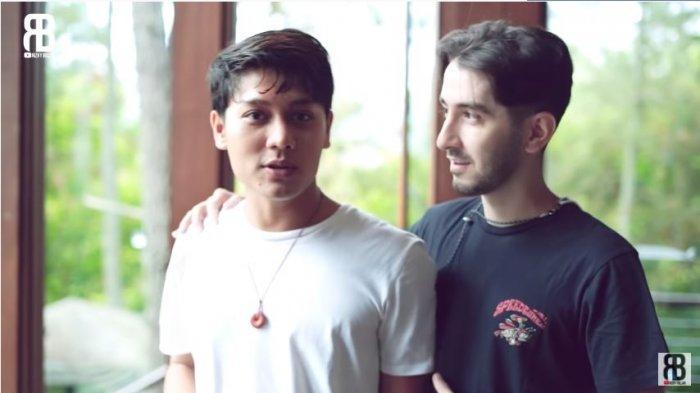 Rizky Billar (kiri) dan Husein Nasimov membahas acara pertunangan dengan Lesti Kejora, Jumat (25/6/2021).