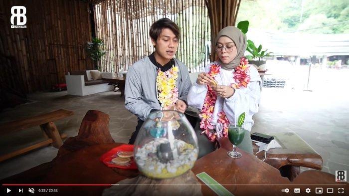Rizky Billar dan Lesti Kejora berada di hotel bernuansa kemah (YouTube/Rizky Billar)