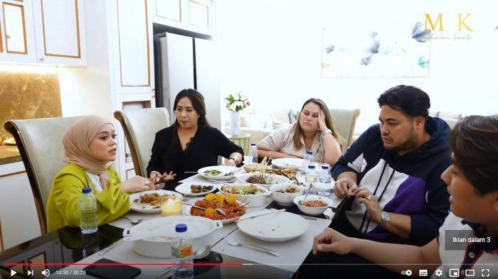 Rizky Billar dan Lesti Kejora berbincang bersama Ivan Gunawan serta Maharani Kemala.