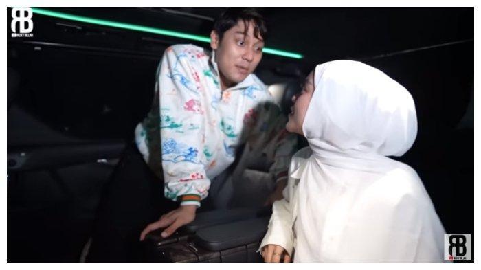 Tangkapan layar Rizky Billar dan Lesti Kejora sedang mencoba mobil baru, Senin (21/6/2021).