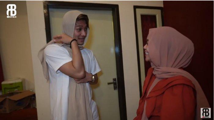 Aktor Rizky Billar dan pedangdut Lesti Kejora dalam kanal YouTube Rizky Billar, Jumat (23/9/2020). Rizky Billar menyamar sebagai wanita dan berlagak curhat pada Lesti.