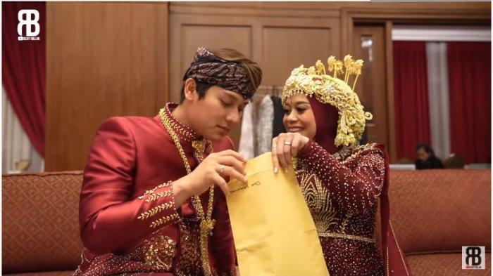 Rizky Billar dan Lesti Kejora mengintip isi amplop sumbangan dari Doni Salmanan, Selasa (31/8/2021).