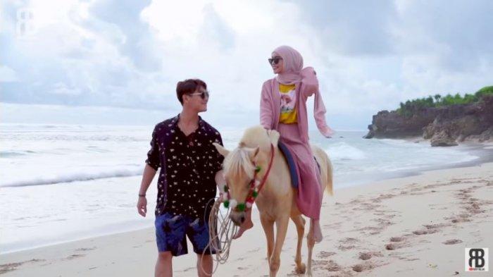 Rizky Billar dan Lesti Kejora saat berjalan di pinggiran pantai pulau Sumba, NTT, diunggah Selasa (2/2/2021)
