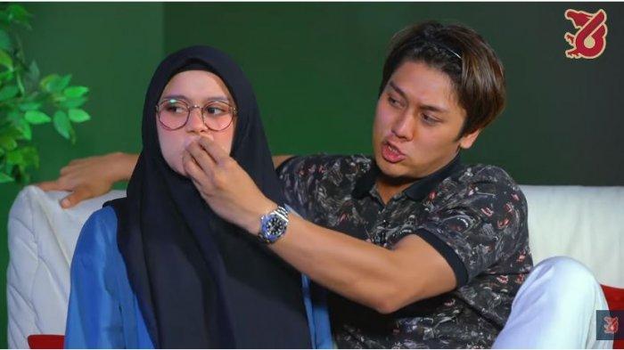Rizky Billar mencubit mulut Lesti Kejora yang sempat keceplosan, Senin (11/10/2021).