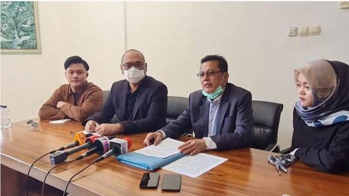 Rizky Febian dan Putri Delina menggelar konferensi pers bersama kuasa hukum membeberkan masalah perseteruan dengan Teddy Pardiyana, Sabtu (19/12/2020).
