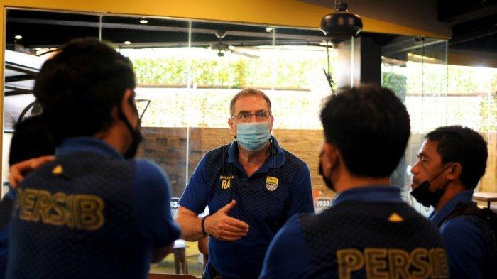 Pelatih Persib Bandung Robert Alberts tengah berbicara dengan tim pelatih Maung Bandung pada Jumat (4/6/2021).