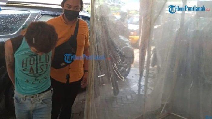 Robi Sukma Jayandi (23), pelaku pembunuhan ayah kandungnya, Adi Sukarman (63), di Kelurahan Sekip Lama, Kecamatan Singkawang Tengah, Kota Singkawang, Kalimantan Barat, Selasa (13/4/2021).