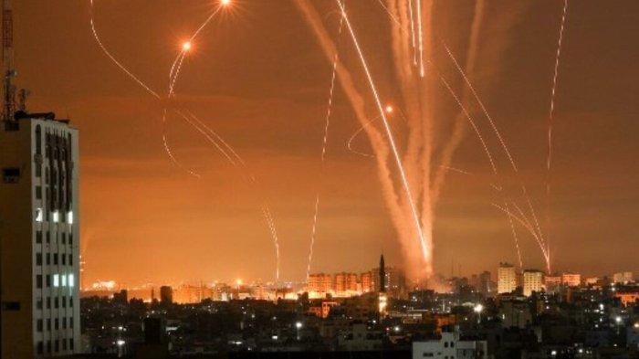 Roket mewarnai langit malam setelah diluncurkan pihak Israel dari Beit Lahia di sebelah utara Jalur Gaza, Jumat (14/5/2021).