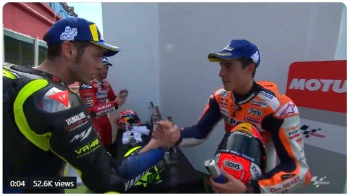 Pebalap Yamaha, Velentino Rossi (kiri) terlihat berjabat tangan dengan pebalap Repsol Honda, Marc Marquez (kanan) usai keduanya menjalani seri balapan kedua MotoGP Argentina pada Senin (1/4/2019) dini hari WIB