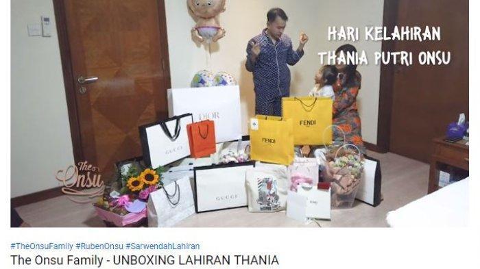 Ruben Onsu menunjukkan hadiah yang didapatkan putri keduanya, Thania Putri Onsu, dalam video dengan judul 'The Onsu Family - Unboxing Lahiran Thania' dalam akun Youtube The Onsu Family, pada Selasa (11/6/2019).