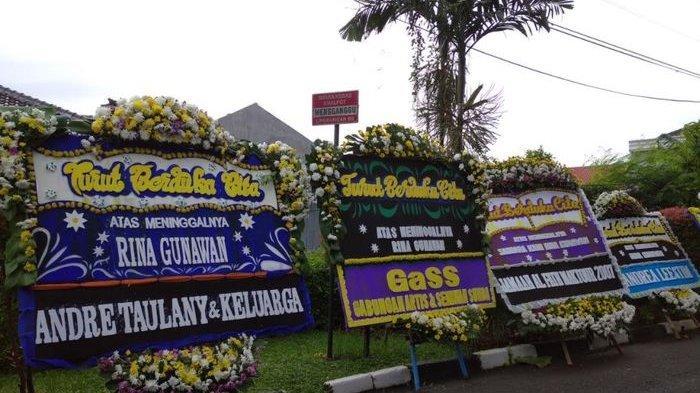 Suasana Rumah Rina Gunawan, Keluarga Siap Lakukan Prosesi Pemakaman, Para Artis Kirim Karangan Bunga