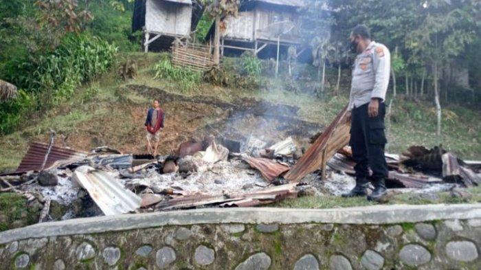 Pasangan suami istri di Kabupaten Bima terpaksa dilarikan ke Rumah Sakit setelah dibacok oleh sekelompok orang karena diduga dukun santet. Sementara rumahnya dibakar.