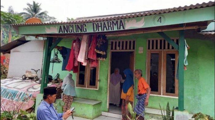 Penampakan Rumah Pengikut Kerajaan Angling Dharma Pandeglang, Punya Ciri Seragam, Pengikut Bangga