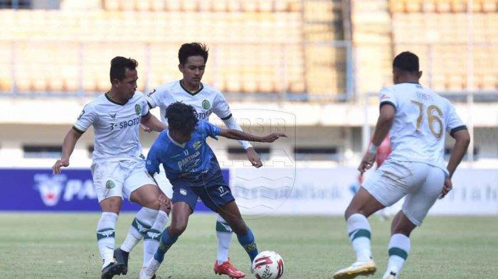 Penggawa Persib Bandung Saiful yang berposisi sebagai gelandang serang, saat dikawal oleh tiga pemain Tira Persikabo di Stadion Gelora Bandung Lautan Api (GBLA), Kota Bandung, Jawa Barat pada Sabtu (12/6/2021).
