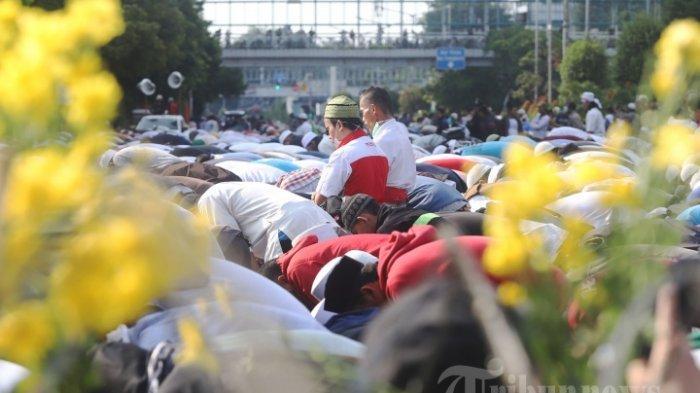 Sejumlah massa aksi 22 Mei saat melakukan sholat ashar disela-sela penyampaian pendapatnya di depan Gedung Badan Pengawas pemilu (Bawaslu), Jakarta Pusat, Rabu (22/5/2019). Dalam aksi tersebut Mereka menolak hasil pemilu 2019 yang memenangkan pasangan Joko Widodo dan Maruf Amin.