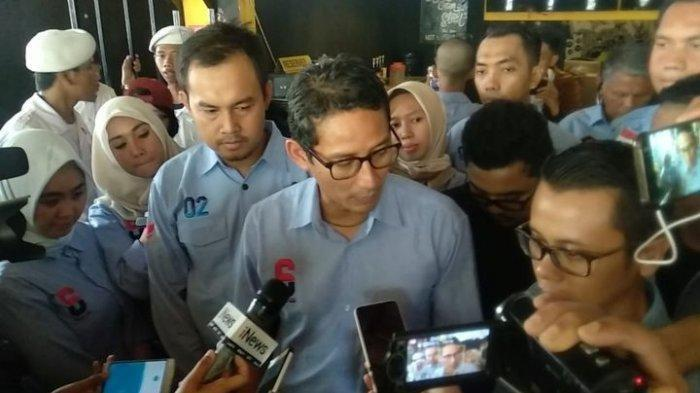 Calon wakil presiden 02, Sandiaga Uno setelah memantau relawan yang menginput data form C1 di Ciputat Timur, Tangerang Selatan, Kamis (25/4/2019).