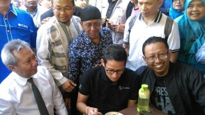 Sandiaga Uno Mencoba Soto Ayam Kampung Pak Timbul saat Kunjungi Kota Solo