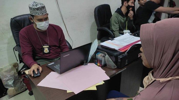 Korban Reni ketika menjalani pemeriksaan di Unit Pidum Satreskrim Polres Banyuasin, Jumat (4/6/2021). Reni babak belur dianiaya oleh suaminya sendiri. Bahkan, sang suami sempat menelanjangi dan nyaris membakarnya.