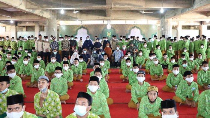 Para santri Pesantren Darul Quran saat mendengarkan ceramah dari perwakilan IKAL PPSA XXI, Banda Aceh, Kami(11/03/2021).