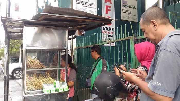 Antrean pembeli Sate Kere Presiden di Jalan Arifin 63, Jebres, Kota Surakarta, Jawa Tengah, Jumat (26/4/2019)