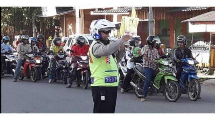 Satlantas yang mengamankan kemacetan pasca insiden truk mundur, Jumat (3/5/2019)