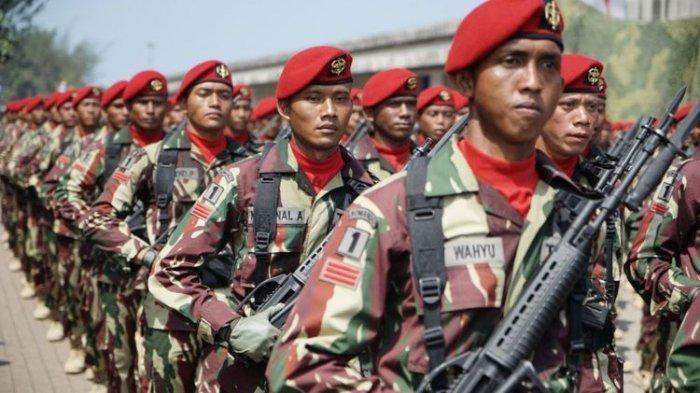 Satuan Kopassus saat parade pasukan dan alat utama sistem pertahanan (alutsista) pada gladi bersih upacara Hari Ulang Tahun ke-72 TNI di Dermaga PT Indah Kiat, Cilegon, Banten, Selasa (3/10/2017).