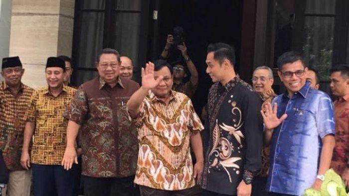 SBY, Prabowo Subianto, AHY, dan Hinca Panjaitan menyapa awak media sebelum melakukan pertemuan di kediaman SBY di Mega Kuningan, Jakarta Selatan, Jumat (21/12/2018).