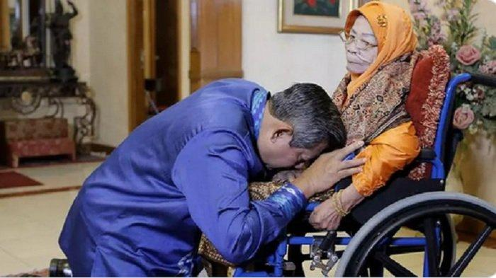 Siti Habibah Dirawat di ICU, SBY Unggah Foto Cium Kening Ibu dan Minta Doa untuk Kesembuhannya