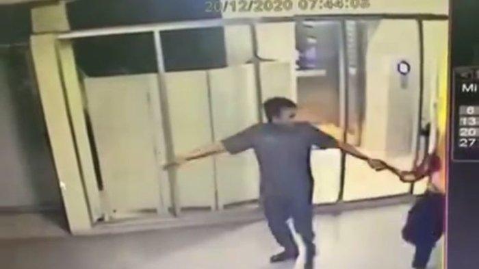Seorang dokter berinisial RL tertangkap kamera CCTV telah dianiaya sekuriti hotel AJ di sebuah hotel di Palmerah pada Minggu (20/12/2020).