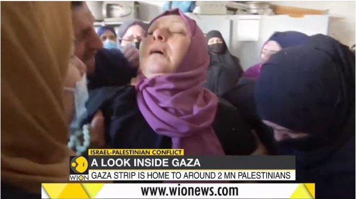 Seorang ibu warga Gaza, Palestina pingsan mendengar ada anggota keluarganya yang menjadi korban jiwa akibat serangan Israel, Sabtu (15/5/2021).