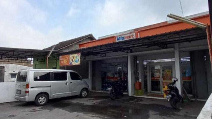 Seorang karyawati Alfamart Gawanan Colomadu, Emi, ditusuk pria tak dikenal saat bekerja di minimarket tersebut, Kamis (21/1/2021).