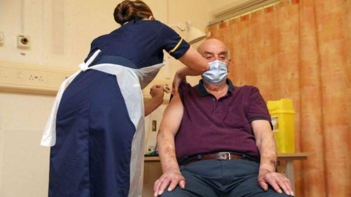 Seorang pasien dialisis ginjal Brian Pinker (82) menjadi orang pertama yang mendapatkan vaksin Covid-19 buatan Oxford-AstraZeneca.