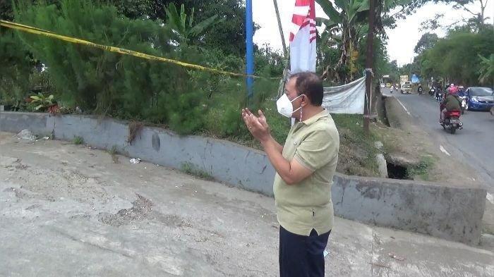 Seorang warga asal Bekasi, Jawa Barat, saat sedang berdoa di lokasi kejadian meninggalnya ibu dan anak di Subang, Senin (6/9/2021). Warga yang bernama Aji itu diketahui sengaja datang ke TKP untuk berdoa.