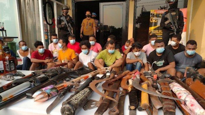 Setumpuk barang bukti beserta orang yang diamankan dari Kampung Ambon saat berada di Mapolres Metro Jakarta Barat, Sabtu (8/5/2021).