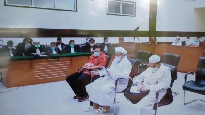 Terdakwa Muhammad Rizieq Shihab (MRS) bersama menantunya, Muhammad Hanif Alattas dan Direktur Utama RS UMMI Andi Tatat, saat sidang lanjutan pembacaan Replik dari jaksa di Pengadilan Negeri (PN) Jakarta Timur, Senin (14/6/2021).