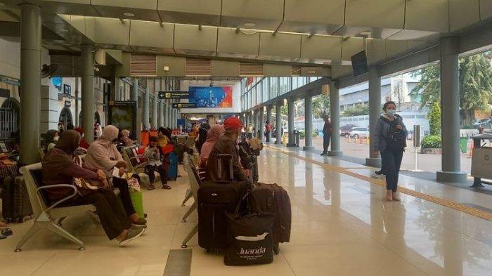 Pemudik Mulai Curi Start Jelang Lebaran Idul Fitri, Stasiun Pasar Senen hingga Jalur Karawang Ramai
