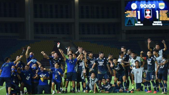 Skuad Persib Bandung merayakan kelolosannya ke final Piala Menpora 2021 setelah menyingkirkan PSS Sleman di Stadion Manahan Solo.