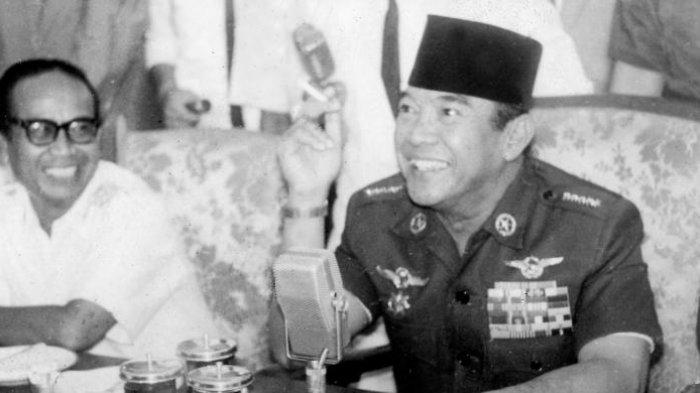 Presiden Soekarno (kanan, berpeci). Terbaru, Megawati berandai apabila Soekarno bisa hidup kembali, ia menginginkan ayahnya itu menguliahi bangsa Indonesia.