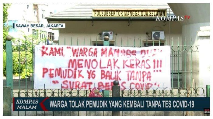 Spanduk penolakan warga Kelurahan Kartini, Sawah Besar, Jakarta Pusat, terhadap pemudik yang kembali tanpa tes Covid-19.