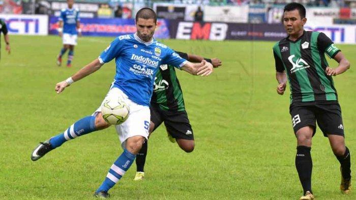 Pemain Persib Bandung Srdan Lopicic saat mempertahankan bolanya melawan Persiwa Wamena di leg pertama Piala Indonesia di Stadion Wijaya Kusuma Cilacap.