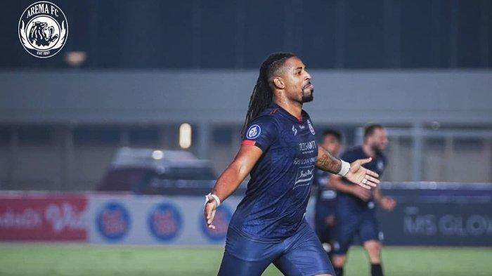 Striker Arema FC, Carlos Fortes merayakan gol yang dicetak ke gawang Persela Lamongan, dalam lanjutan Liga 1 2021 pekan keenam di Stadion Madya Gelora Bung Karno, Jakarta, Minggu (3/10/2021).