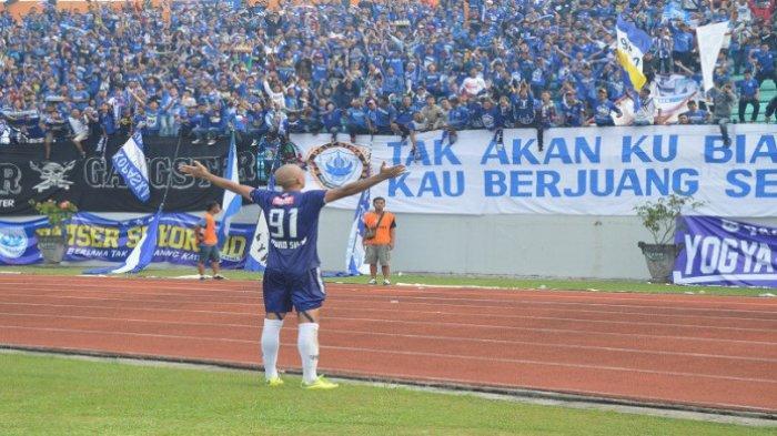 Striker PSIS Semarang, Bruno Silva, merayakan golnya bersama dengan suporter.