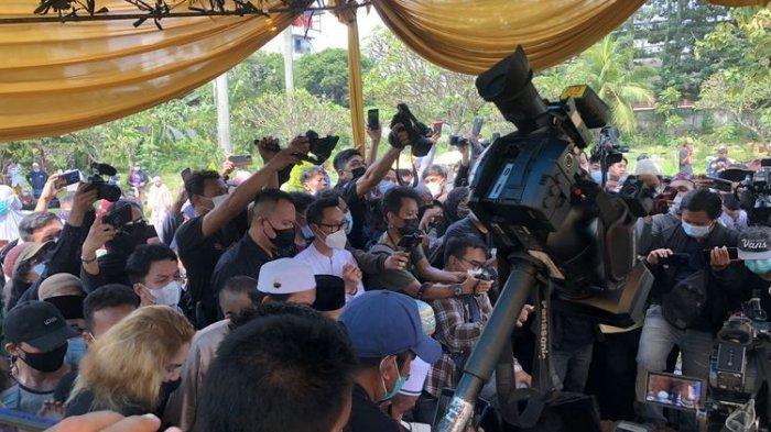 Suasana pemakaman Sapri Pantun di TPU Ulujami, kawasan Jakarta Selatan, Selasa (11/5/2021).