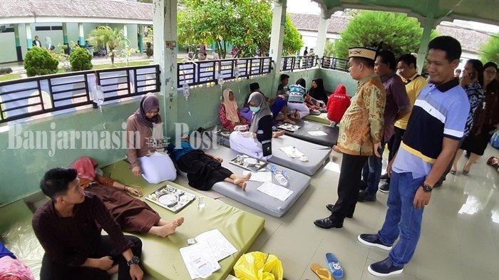 Suasana perawatan di gazebo RSUD dr H Soemarno Sosroatmodjo Kuala Kapuas.