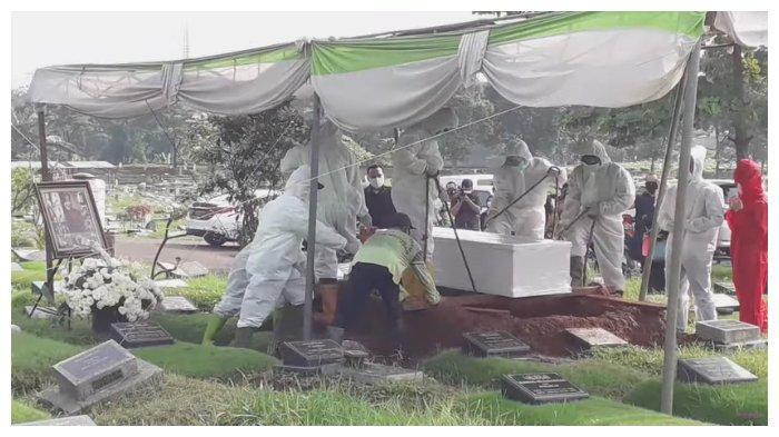 Suasana prosesi pemakaman Rina Gunawan