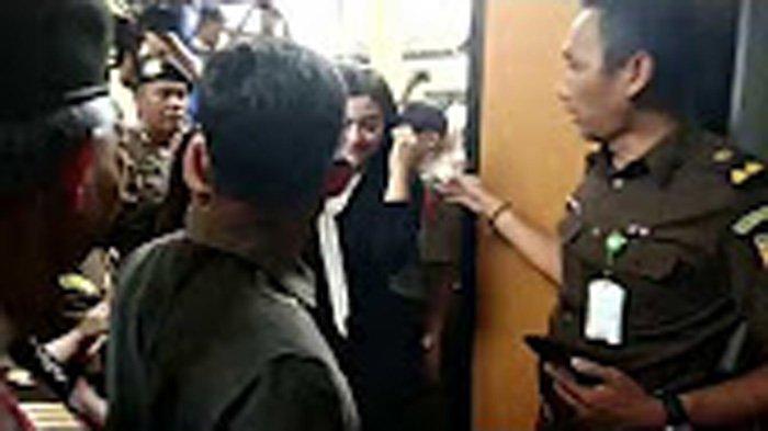 Suasana Sidang First Travel, 10 Saksi Termasuk Vicky Shu Diambil Sumpahnya