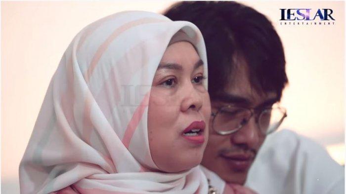 Ibunda Lesti Kejora, Sukartini berkaca-kaca ketika menuturkan proses pernikahan siri anaknya dengan aktor Rizky Billar, Rabu (22/9/2021).