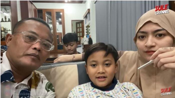 Sule bersama sang istri, Nathalie Holscher dan anak bungsunya Ferdinand, serta anak ketiganya, Rizwan di belakang, Jumat (1/1/2021).