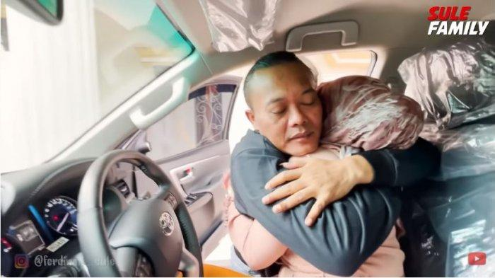 Sule memeluk erat Nathalie Holscher yang kegirangan karena dibelikan mobil baru, Senin (5/4/2021).