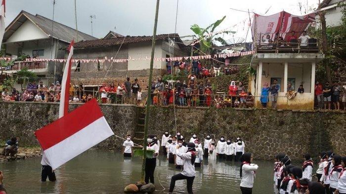 Kisah Unik Upacara HUT ke-75 RI, Peserta Berbasah-basah di Sungai sampai Bentangkan Bendera Raksasa